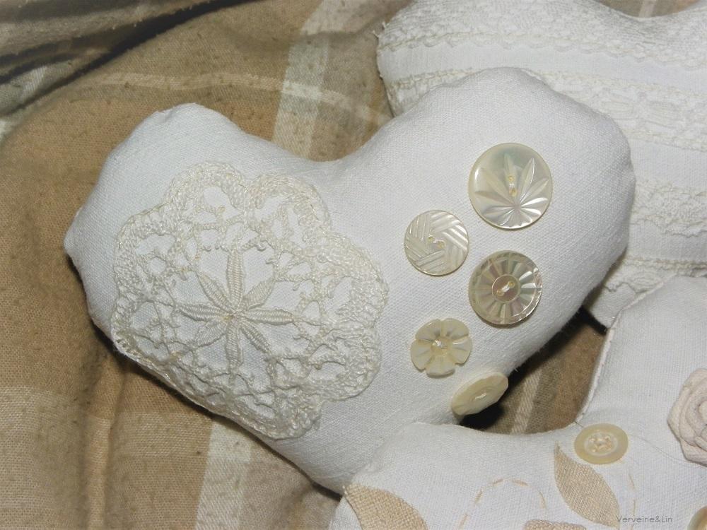 coeur parfumé en linge ancien et boutons de nacre