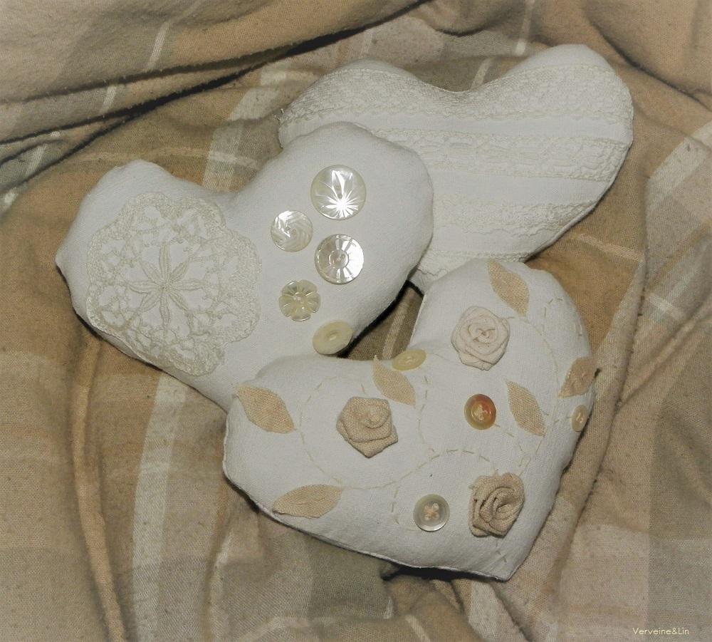 coeurs parfumés en linge ancien, dentelles et boutons de nacre